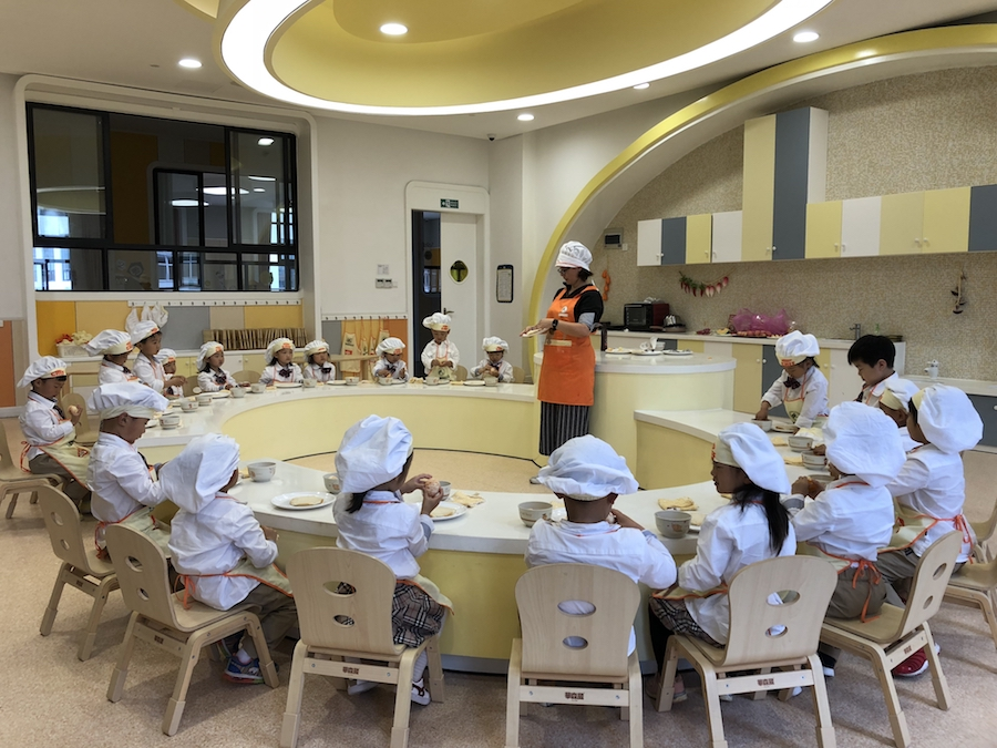 English teacher in China, cooking with her students