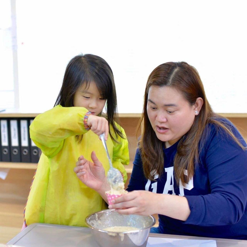 Shella Chua, Filipino Teacher in China, baking with students