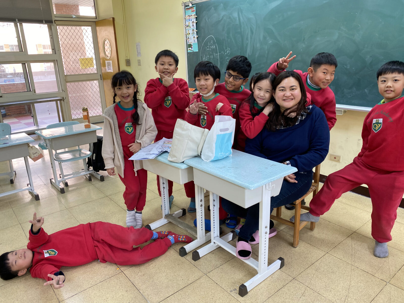 Shella with her primary school students in Taiwan